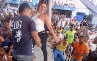 Nữ giám đốc trại giam nhảy múa quá khích với tù nhân