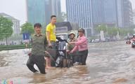 100.000 đồng/lượt kéo xe qua biển nước ở Hà Nội sau mưa