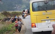 Phẫn nộ cảnh khách phương xa ném đồ ăn cho trẻ em vùng cao