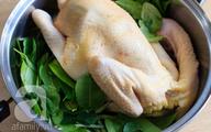 Cách luộc gà vàng óng mà không cần nước