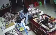 Đặt camera chống trộm, gia đình phát hiện sự thật kinh hoàng về vú em