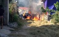 Ô tô cháy như đuốc vì đỗ trên... đống rơm