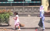 Cảm động bé gái quét đường giữa nắng nóng 40 độ để mẹ được nghỉ ngơi