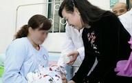 Bộ trưởng Bộ Y tế chúc mừng gia đình em bé đầu tiên chào đời nhờ mang thai hộ