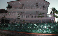 Chủ nhà không ngờ ngôi nhà trở nên như vậy khi thay hàng rào sắt thành bể cá dài 50m