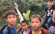 Xôn xao clip hàng trăm trẻ em liều mình trên chiếc cầu trơ khung
