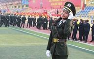 Cô gái Thái trong sắc phục công an