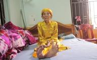 """Kỳ lạ cụ ông 104 tuổi """"bàn chân Giao Chỉ"""" cả đời không đi vừa đôi dép nào"""