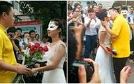 Nữ giảng viên xinh đẹp cầu hôn nam sinh tại sân trường gây sốc