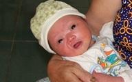 Bé trai sơ sinh dính nhau thai bị bỏ bên vệ đường