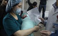 """Bé đầu tiên chào đời nhờ """"mang thai hộ"""" - hạnh phúc nghẹn ngào sau gần 20 năm"""
