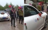 Bố mẹ hóa trang thành lừa kéo xe hoa cho con trai trong ngày cưới gây sốc