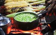 Người Sài Gòn 'bốc số' chờ cả giờ để ăn bắp nướng