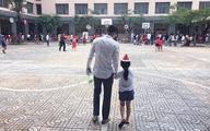 Công Vinh dắt tay đưa con gái đến trường
