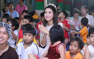Hoa hậu Mỹ Linh đón trung thu cùng trẻ mồ côi