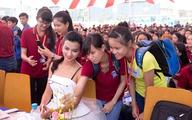 Kim Tuyến khoe vai trần ở sự kiện
