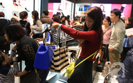 Black Friday 2016: Trước giờ G, nhiều cửa hàng ở Hà Nội đã đông khách săn hàng giảm giá