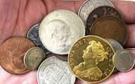 Giàu to nhờ vô tình nhặt đồng xu giá 7,4 tỉ đồng trong đống đồ chơi của con