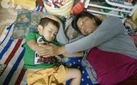 Mẹ bán vé số òa khóc khi tìm thấy con trai 3 tuổi đi lạc sau nhiều giờ đồng hồ trong đêm