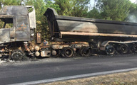 Xe đầu kéo bốc cháy trên quốc lộ, tài xế thoát chết