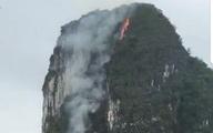 Dãy núi đá giữa vịnh Hạ Long bất ngờ bốc cháy