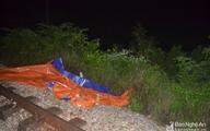 Đi bộ trên đường ray trong đêm, người đàn ông bị tàu tông chết