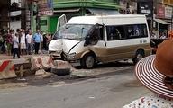 Hà Nội: Xe khách tông nát dải phân cách, nhiều người bị thương