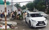 Hơn chục người nâng ôtô Lexus cứu phụ nữ kẹt dưới gầm