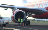 Máy bay bị chim va vào động cơ khi đang hạ cánh xuống Nội Bài