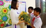 Thầy giáo hạnh phúc với quà 20/11 là bó hoa rừng, vài bắp ngô