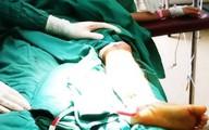 Con suýt mất chân vì cha mẹ mời 'thầy' cắt lễ