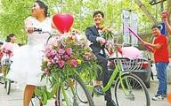 Chú rể thuê 50 chiếc xe đạp đón dâu để tiết kiệm tiền