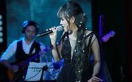 Lê Hiếu lau son cho Khả Linh trên sân khấu