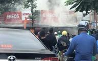 Hà Nội: Sau tiếng nổ lớn, tiệm sửa xe bất ngờ bốc cháy dữ dội, người đi đường hoảng loạn bỏ chạy