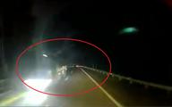 Clip đang chạy trên cao tốc, tài xế thót tim vì xe tải bật đèn pha chạy ngược chiều