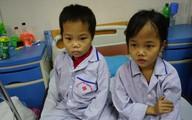 Xót thương những em bé cả đời phải gắn liền với bông băng, tiêm truyền