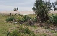 Hãi hùng cảnh phơi tép khô ngay trên đê chắn sóng tại Hà Tĩnh