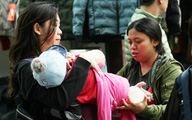 Hà Nội mưa lạnh, người dân mặc áo ấm co ro ra đường