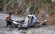 Đá lăn từ trên núi đè bẹp ô tô, tài xế tử vong thương tâm