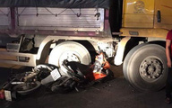 Xe máy lao vào xe tải, 3 thanh niên thương vong