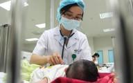 Bé gái hoại tử da vì mẹ dán cao trị mụn, BS cảnh báo: Cao dán không phải thần dược