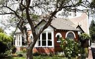 Ngôi nhà cấp 4 ẩn mình bên gốc cây cổ thụ có gì mà ai vào cũng muốn ở lại