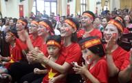 Người dân quê đội mưa đến nhà văn hóa xã tiếp lửa cho Olympic Việt Nam
