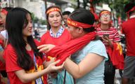 Bà bầu, trẻ nhỏ xếp hàng nhận cờ, áo, băng-rôn miễn phí trước trận Olympic Việt Nam đá bán kết ASIAD 2018