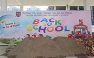 Trường bị đổ cát, hàng nghìn học sinh Hà Nội phải khai giảng nhờ