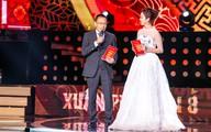 Jennifer Phạm mặc váy xuyên thấu bên MC Lại Văn Sâm