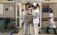 Hà Nội: Nhân viên y tế may áo ấm cho bệnh nhân chống chọi giá rét