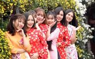 Đến hẹn lại lên, chị em xúng xính áo dài khoe dáng đông nghịt giữa vườn đào Nhật Tân