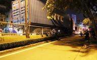 Người dân gào thét 'mất thắng' khi xe container đổ dốc cầu ở Sài Gòn, cô gái 20 tuổi và 2 người khác bị thương nặng