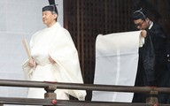 Hé lộ hình ảnh mới nhất của Nhật hoàng và vợ con trước lễ đăng cơ tại đền thiêng
